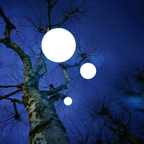 Moonlight Pendelleuchte MLH Weiß Ambiente Baum von unten Nachts