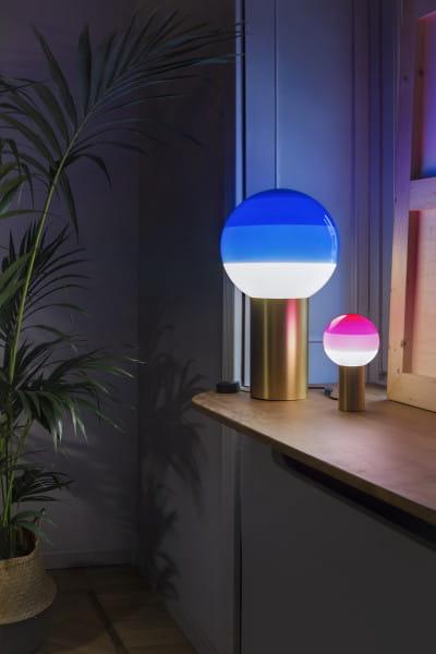 marset Tischleuchte LED Dipping Light Blau (M) und Rosa Ambiente Vergleich Fensterbank