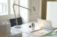 marset Tischleuchte Polo weiß Ambiente Schreibtisch Laptop