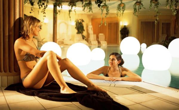Moonlight Vollkugel Akku-Schwimmleuchte BMWV Weiß Ambiente Pool Innen Poolrand Frauen