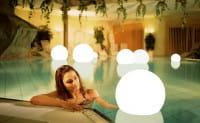 Moonlight Vollkugel Akku-Schwimmleuchte BMWV Weiß Ambiente Pool Innen Poolrand Frau mit Leuchte