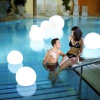 Moonlight Vollkugel Akku-Schwimmleuchte BMWV Weiß Ambiente Pool Innen Pooltreppe Paar