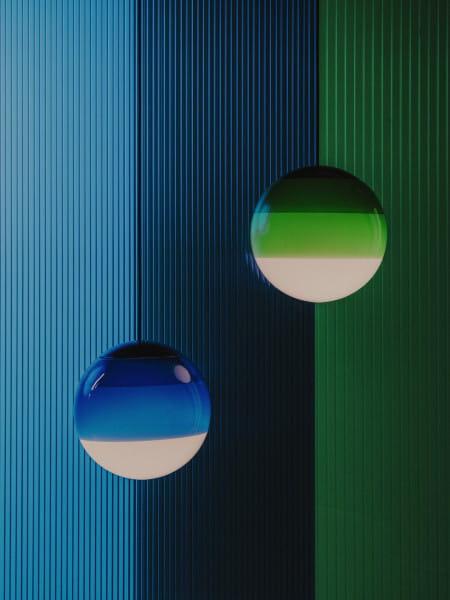 marset Pendelleuchte LED Dipping Light Ambiente Stillleben Grün und Blau vertikal