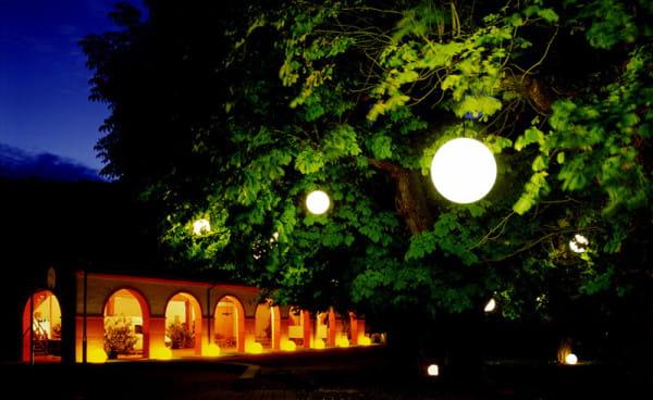 Moonlight Pendelleuchte MLH Weiß Ambiente Baum vor Arkaden Nacht