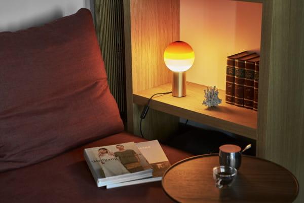 marset Tischleuchte LED Dipping Light Ambiente VBernstein Sofa mit Regal