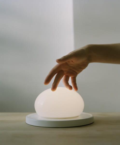 marset Tischleuchte LED Bolita Weiß Ambiente Berührung Hand streicheln