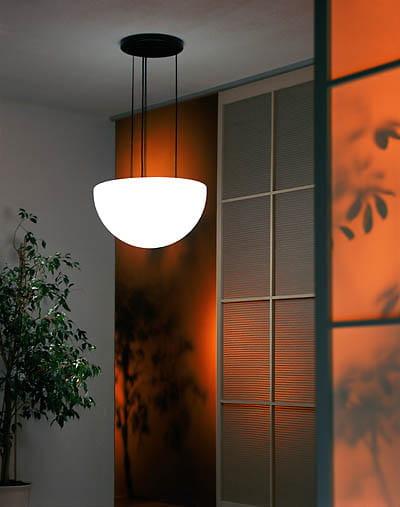 Moonlight Halbkugel Hängeleuchte MHH Weiß Ambiente Indoor Orange Wand 2