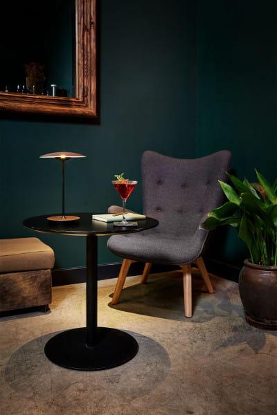 marset Tischleuchten LED Ginger 20 M Sessel mit Tisch und Drink