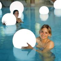 Moonlight Vollkugel Akku-Schwimmleuchte BMWV Weiß Ambiente Pool Innen Frauen mit Leuchten