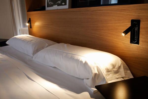 marset Wandleuchte Ledtube RSC Schwarz Ambiente Hotelbett Holz
