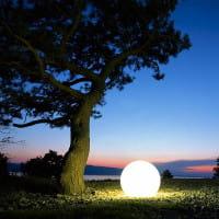 Moonlight Vollkugel MBG Eingrabsockel Weiß Ambiente Baum Mediterran Nachts