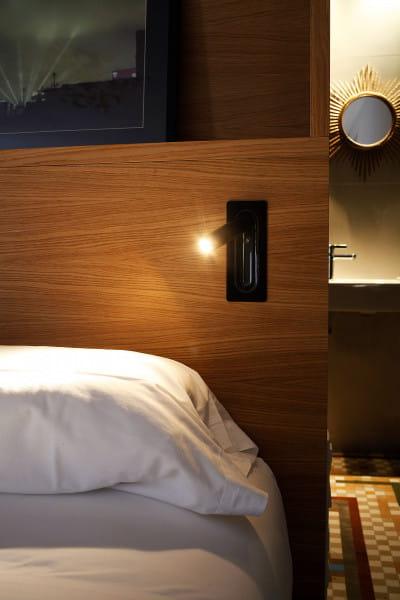 marset Wandleuchte Ledtube RSC Schwarz Ambiente Hotelbett Holz rechte Seite