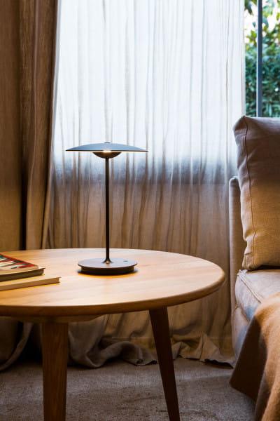 marset Tischleuchten LED Ginger 20 M Ambiente Wenge Sessel mit Beistelltisch